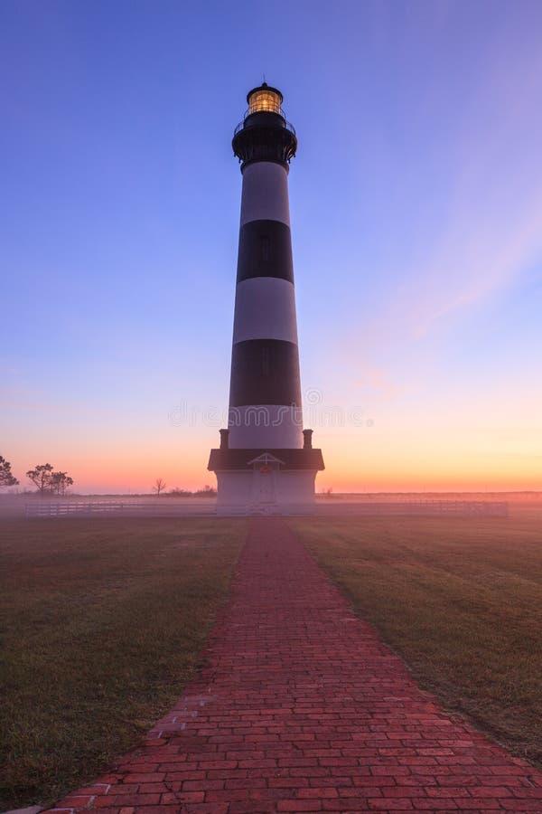 Baliza de Bodie Island Lighthouse Vertical Fog foto de stock