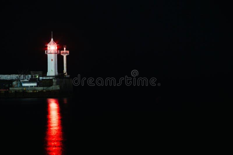 Baliza de Crimeia no porto de Yalta, fundo do mar da noite do farol foto de stock