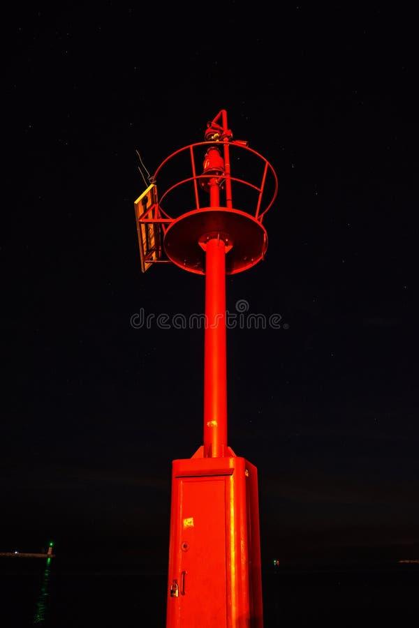 Baliza leve com o céu estrelado da noite, Porec, Croácia imagem de stock