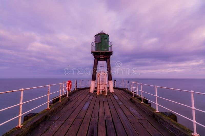 Baliza North Yorkshire de Whitby West Pier fotografia de stock