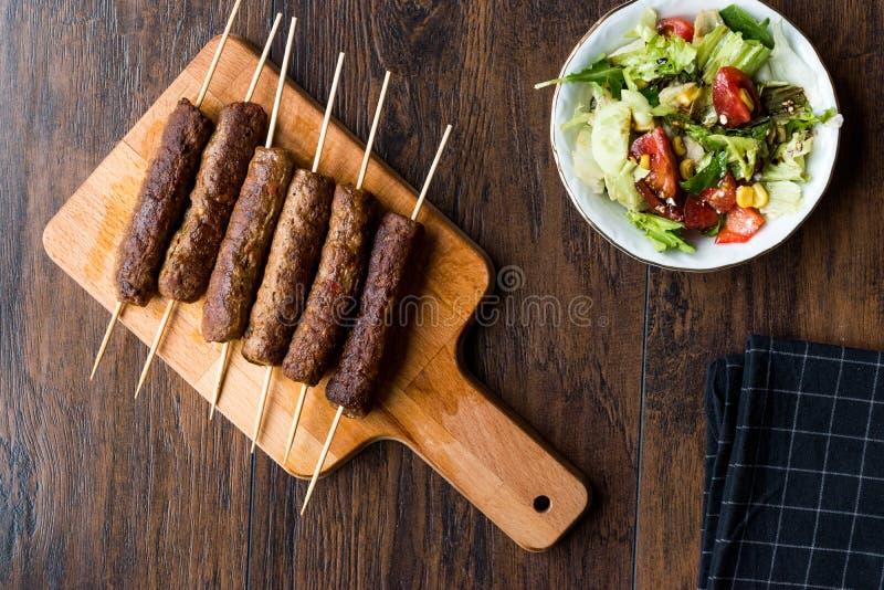 Balkan Cevapcici Kofta/Kofta met Houten Vleespennen en Salade royalty-vrije stock afbeelding