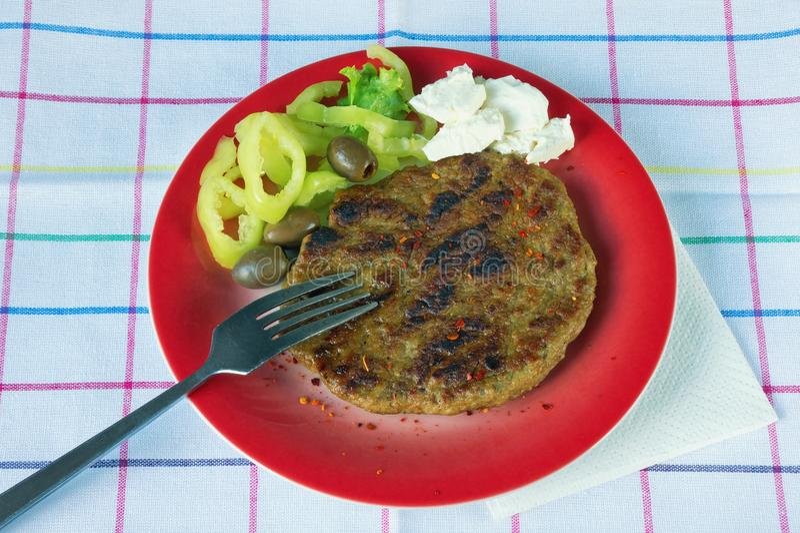 Balkan keuken Pljeskavica - een geroosterde schotel van vlees stock fotografie