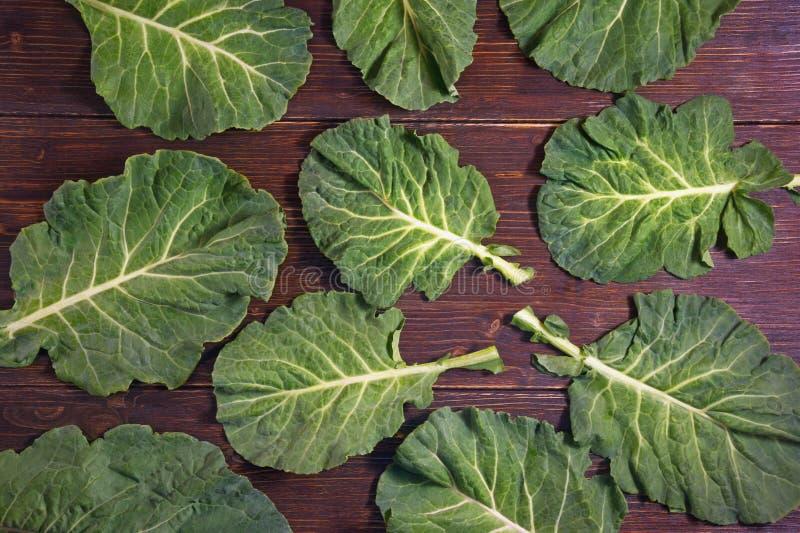 Balkan keuken Rastancollard greens, collards - populaire bladgroenten De donkere rustieke vlakke achtergrond, legt royalty-vrije stock afbeelding