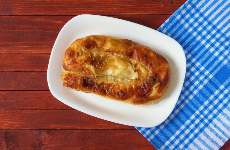 Balkan kokkonst Burek - populär nationell maträtt Lekmanna- lägenhet arkivbild