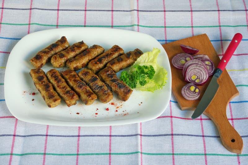 Balkan kokkonst Cevapi - grillad maträtt av köttfärs royaltyfri foto