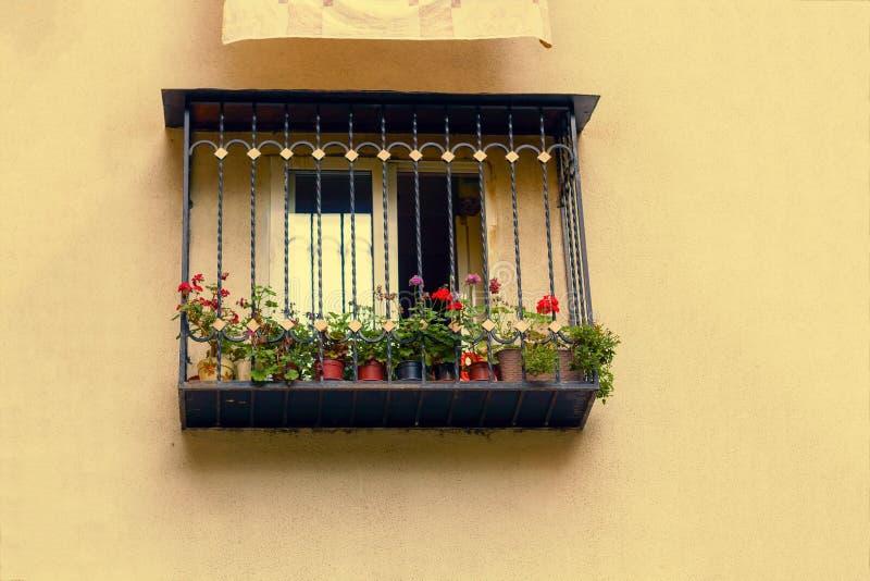 Balkon auf der gelben Wand stockbilder