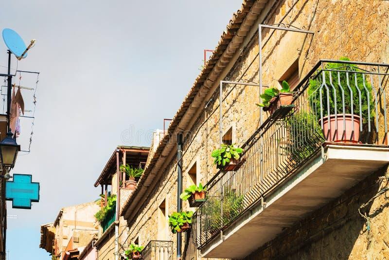 Balkon des alten Hauses bei Aidone Sizilien lizenzfreies stockfoto