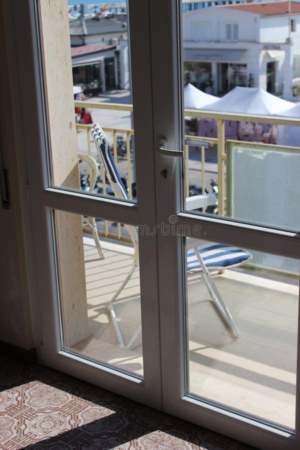 Balkon durch das Meer lizenzfreie stockbilder