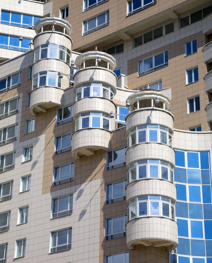 Balkon, een fragment van moderne architectuur stock foto's