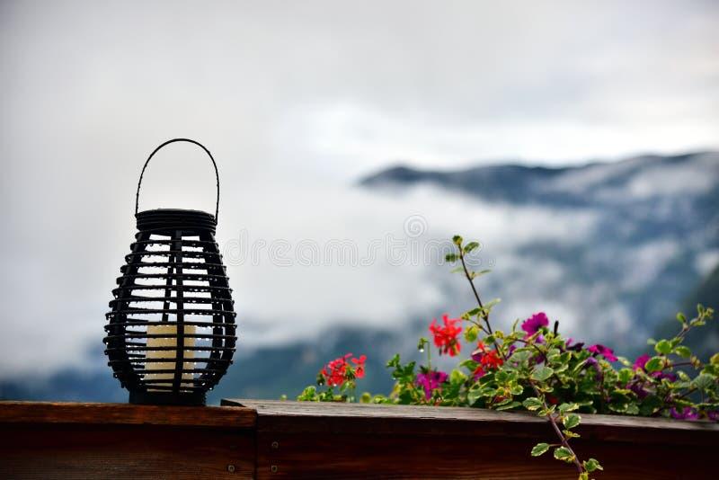 Balkon eines Hotels mit Berg und Seeblick lizenzfreies stockfoto