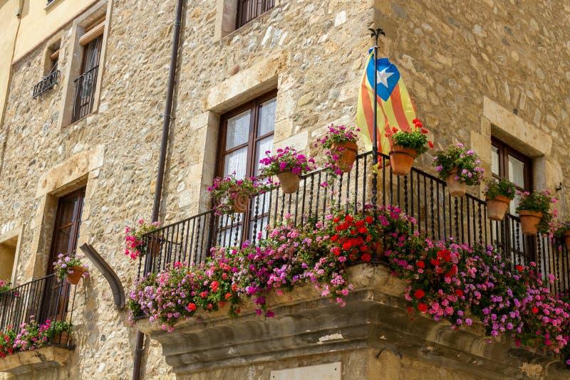 Balkon met bloem en vlag in Besal royalty-vrije stock foto