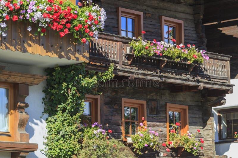 Balkon met bloemdozen royalty-vrije stock foto's