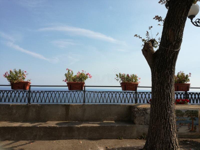 Balkon met bloemen in Conca-dei Marini, Amalfi royalty-vrije stock afbeelding
