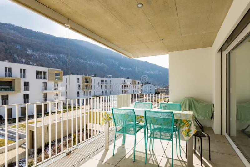Balkon met openluchtmeubilair, zonnige dag royalty-vrije stock fotografie
