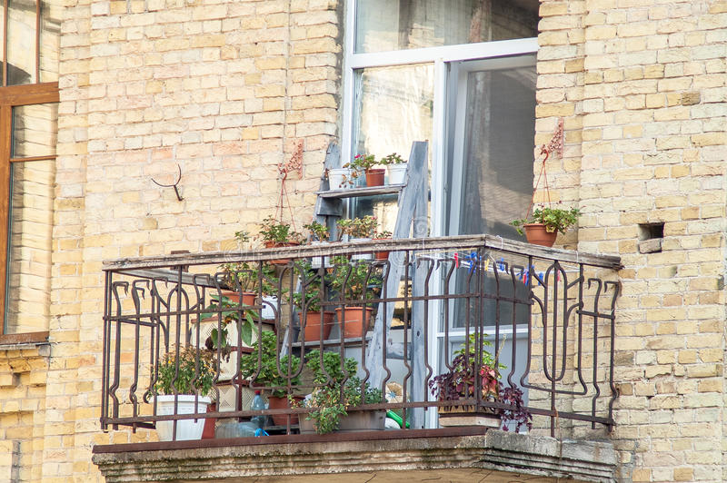 balkon mit bl henden blumen in einem backsteinhaus stockfoto bild von gel nder au en 65370520. Black Bedroom Furniture Sets. Home Design Ideas
