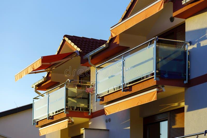 Balkon mit Glaswand in der modernen Erholungsortwohnung lizenzfreie stockfotos