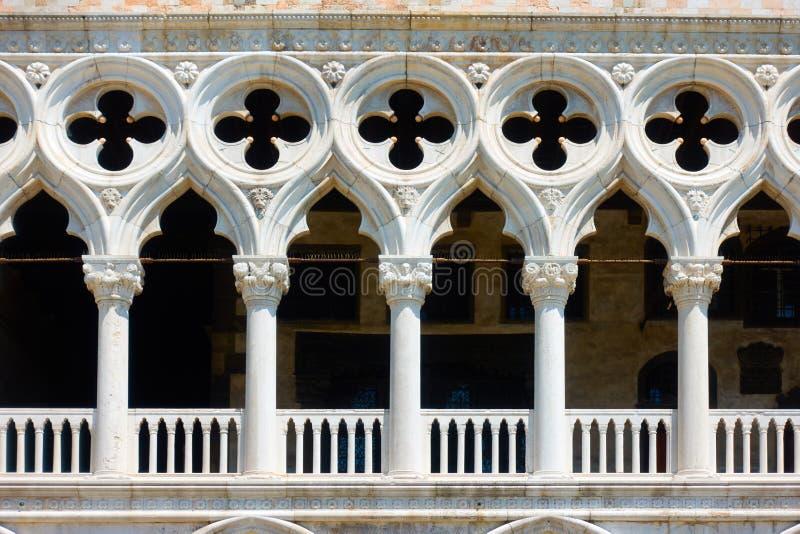 Balkon mit Spalten des Doge-Palastes stockbilder