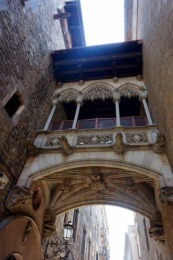 Balkon-overgang tussen de huizen van de adel in het Gotische Kwart in Barcelona stock foto's