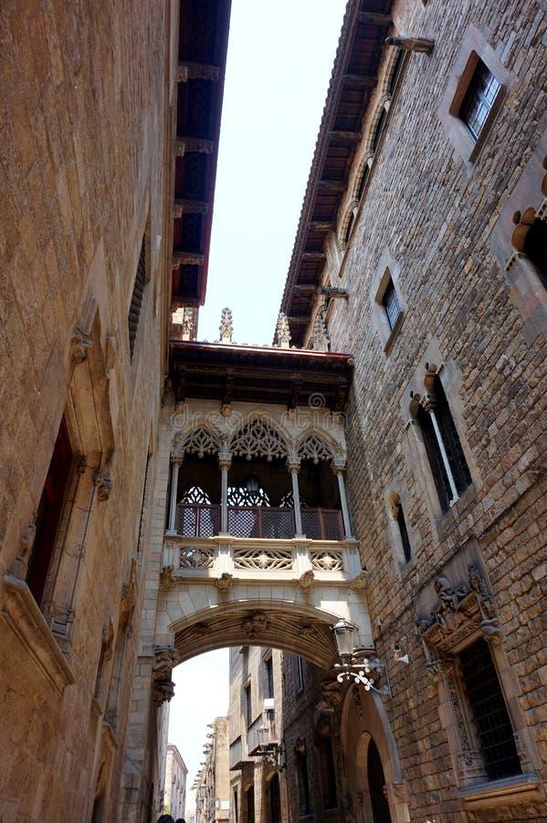 Balkon-overgang tussen de huizen van de adel in het Gotische Kwart in Barcelona stock afbeelding