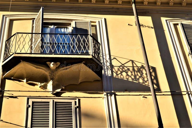 Balkon, symboliek, knuppel en schaduwen Kunst en architectuur in de stad van Turijn, Italië royalty-vrije stock fotografie