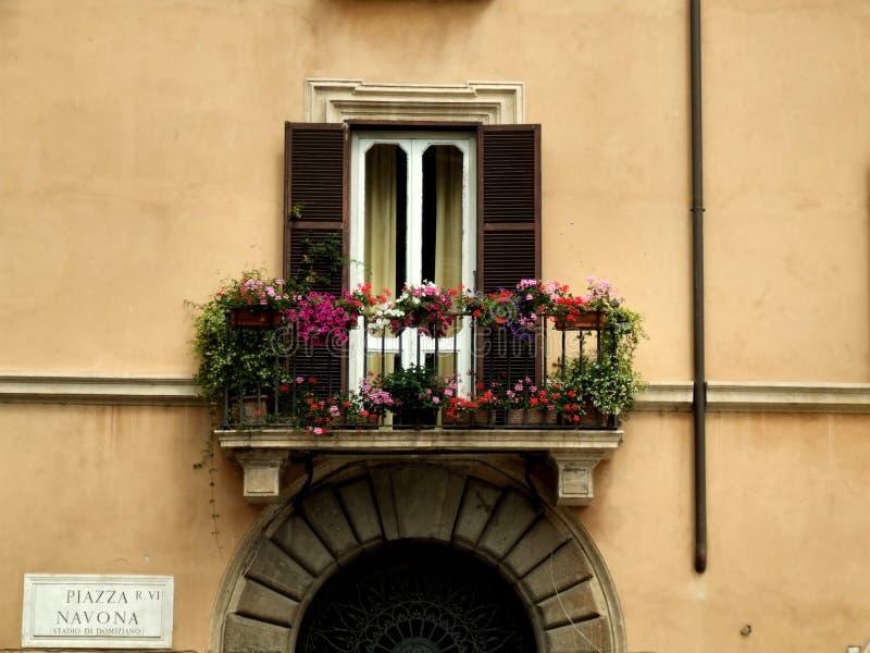 Balkon und ein Gatter in Rom stockfoto