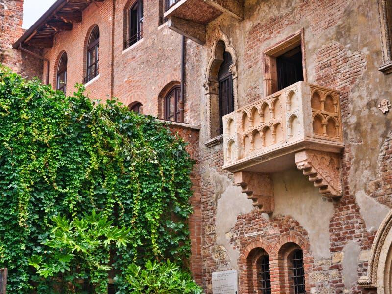 Balkon van het huis van Juliet in Verona van de binnenbinnenplaats wordt gezien die royalty-vrije stock foto's