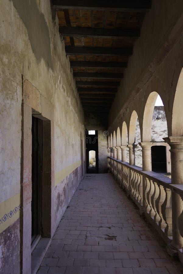 Balkon van koloniaal huis in Mexico royalty-vrije stock foto's