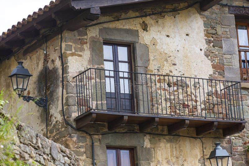 Balkon w starym kamienia domu obraz stock