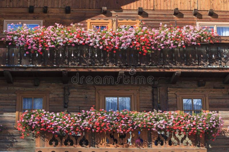 Balkon z kwiatów pudełkami obrazy stock