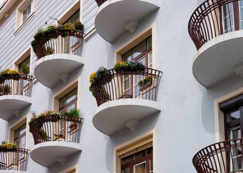 Balkon z kwiatami w budynku domowym Celje Słowenia obraz royalty free