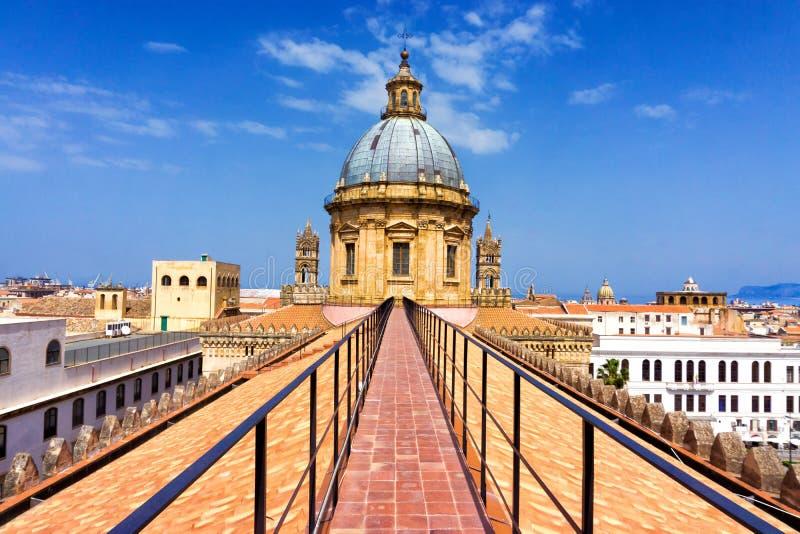 Balkon z widokiem Palermo katedry wierza w Palermo, Włochy fotografia royalty free