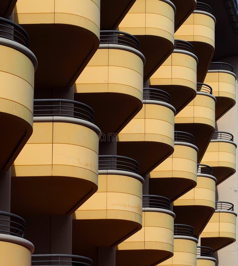 Balkone kopieren auf einer modernen Gebäudefassade stockfotografie