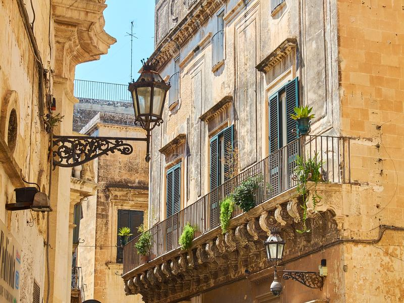 Balkong av en barock slott i Lecce, Puglia arkivfoto