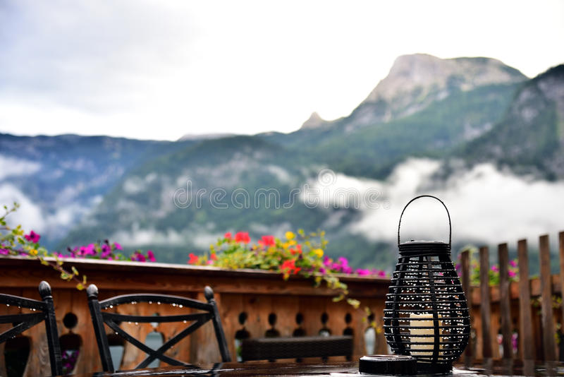 Balkong av ett hotell med berg- och sjösikt royaltyfria bilder