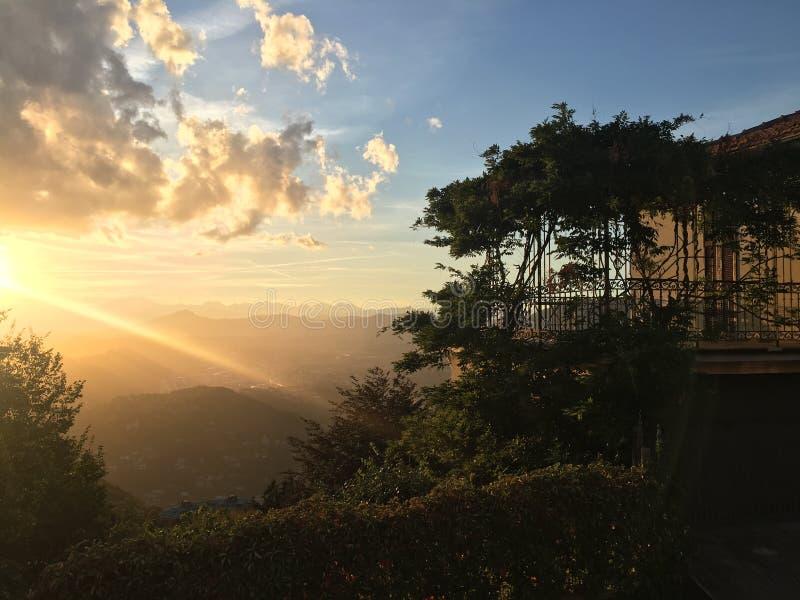 Balkong av huset mot bakgrunden av en incredibly härlig sikt av fjällängarna på solnedgången royaltyfri fotografi