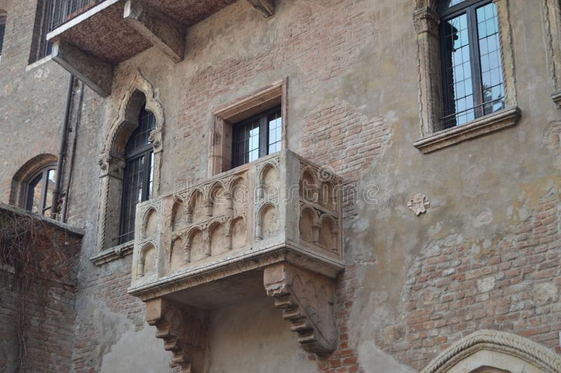 Balkong av Juliet House In Verona royaltyfria bilder