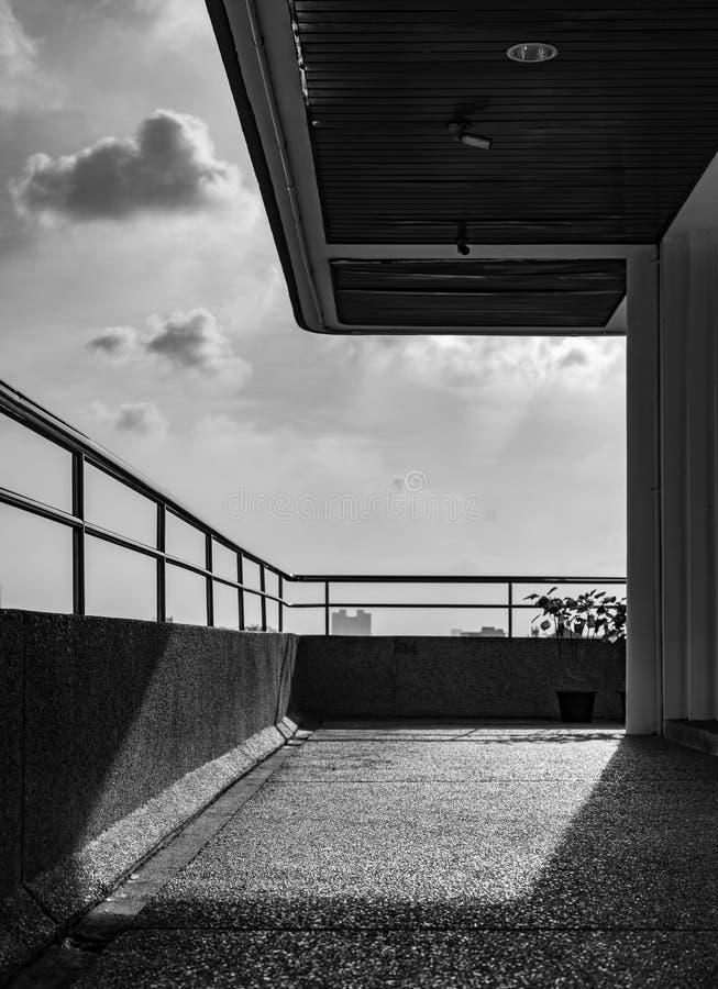 Balkong av modern arkitektur Modern terrass av lägenheten Utanf?r byggnaden Balkongen dekorerar med taklampan arkivfoto