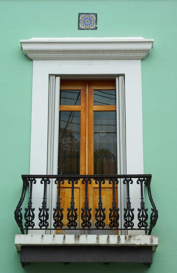 balkong dörr förskönade juan gammala san fotografering för bildbyråer