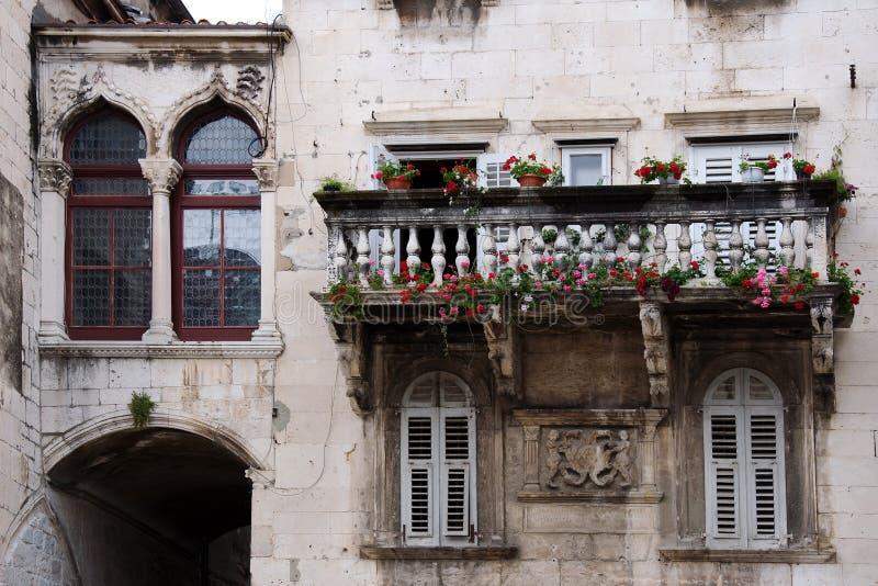 Balkong för dekorativ sten i historisk del av splittring fotografering för bildbyråer