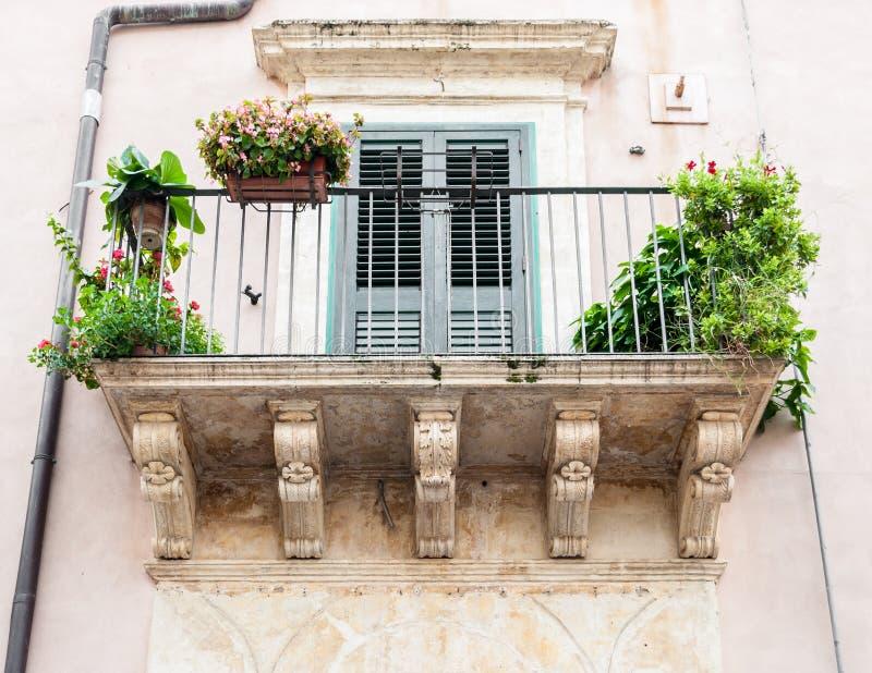 Balkong med barocka garneringar i ett hus av Noto (Sicilien) arkivfoto