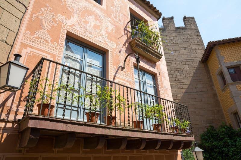 Balkong med blomkrukor royaltyfria bilder