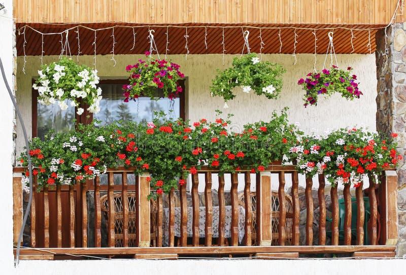 Balkong med blommor fotografering för bildbyråer