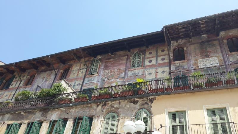Balkong med forntida paintures i piazzadelle Erbe, Verona fotografering för bildbyråer