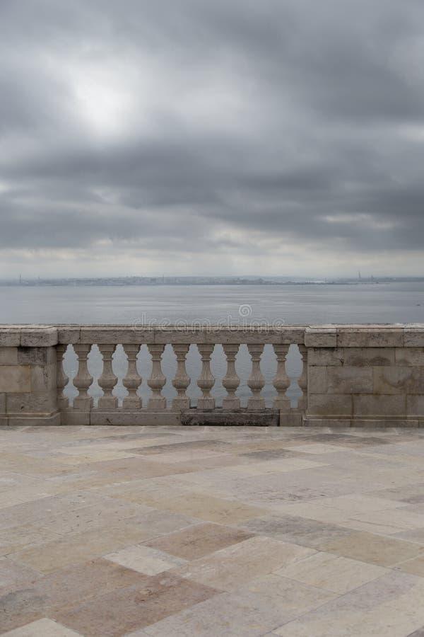 Balkong med havssidan med och den gamla marmorbalustraden royaltyfri foto
