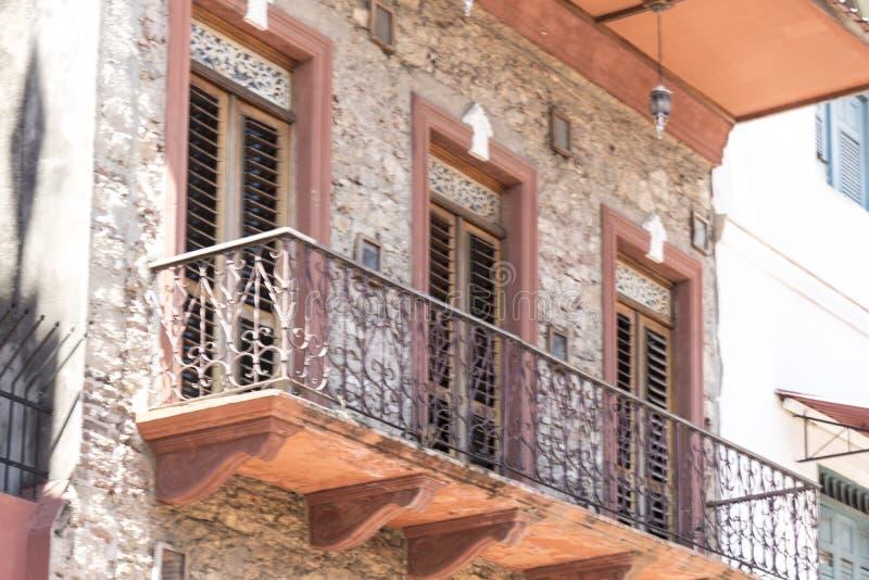 Balkong och stängd med fönsterluckor gammal stad för fönster av Panama City royaltyfri foto