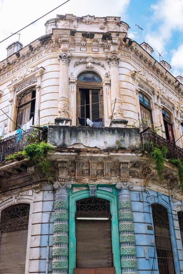 Balkong som förbiser den koloniala PlazaVieja fyrkanten i havannacigarr arkivfoton