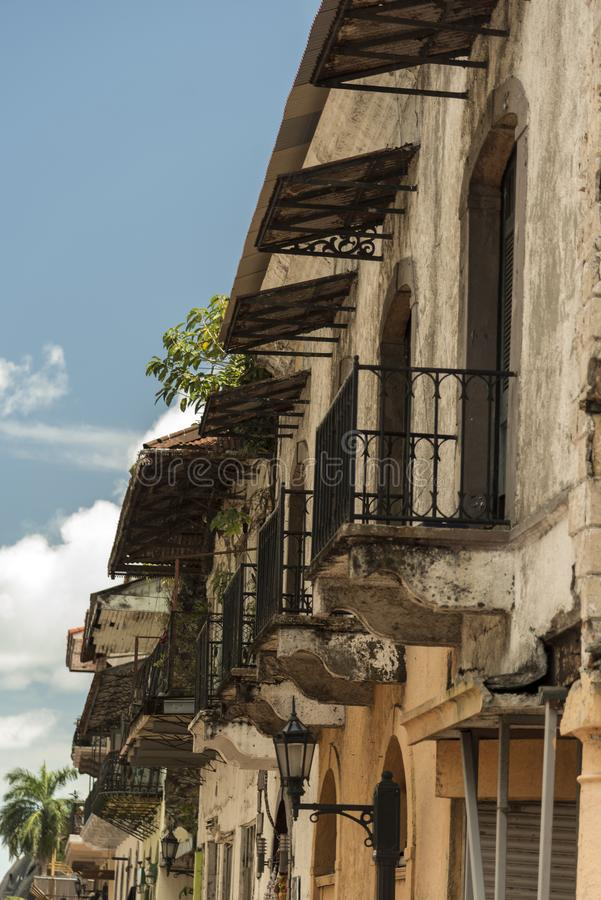 Balkonger på byggnader i en sidogata, gammal stad, Panama City, Panama arkivbild