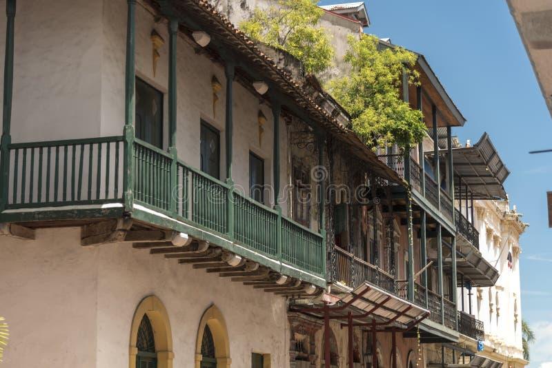 Balkonger på byggnader i en sidogata, gammal stad, Panama City, Panama royaltyfri foto