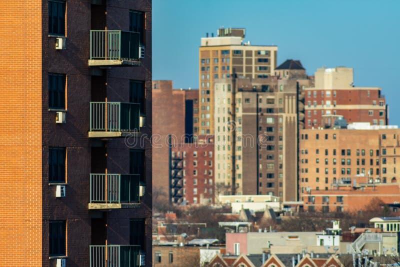 Balkonger på sidan av en bostads- skyskrapa i Lincoln Park Chicago med byggnader i bakgrunden arkivfoto
