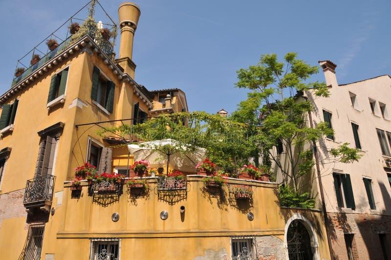 Balkonowa restauracja na Wenecja kanałach obrazy royalty free